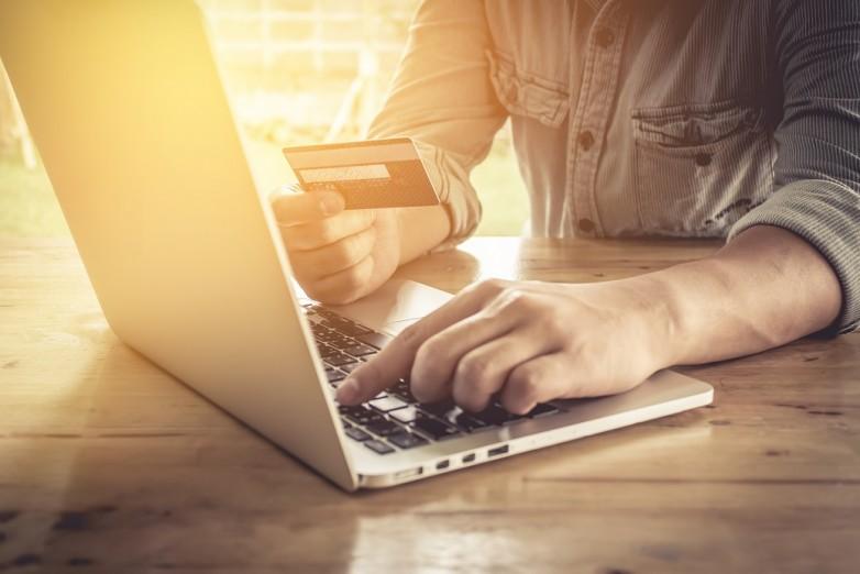 fe9d622b64f3 Vi svenskar älskar att handla på nätet. På fem år har värdet på  internhethandeln stigit med 43 % till svindlande 100 miljarder förra året  visar DIBS Payment ...